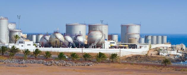 Usina de tratamento e retirada do sal da água do mar. Este processo é chamado de dessalinização.