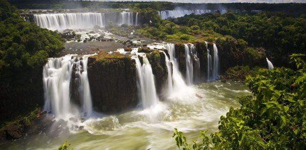 Cataratas queda dágua em rio